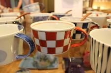 藍土オリジナルスープカップ<br />指がしっかり入る大きめの持ち手や、すっきりとして安定感のある形が、毎日の食卓に使いやすいカップです。