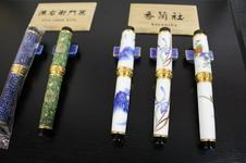 有田焼ボールペン<br />滑らかな書き味はもちろん、細部にまでこだわり抜いて作られた有田焼のボールペン。<br />源右衛門窯と香蘭社の繊細な絵付けから気品溢れる逸品です。