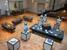 忠次舘(ちゅうじかん)<br />1900年パリ万国博覧会金賞受賞大花瓶をはじめとする深川製磁のメモリアルコレクションが展示されています。<br />また、2階のリフレッシュルームでは、珈琲やハーブティー、スイーツなどを深川製磁の器で味わえます。