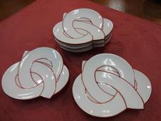 朱線むすび 銘々皿<br />和菓子や珍味などの銘々皿としてぴったりの小皿です。<br />縁起ものでおもてなしの心が伝わること間違いなし。
