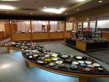 店舗奥のショールームでは、約10,000点の業務用食器をご覧いただけます。
