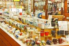 本店1~3階の大展示場。<br/>数百円のリーズナブルな商品から数千万円の高級美術品まで、多彩なデザインと価格の商品を展示販売しています。