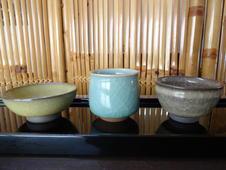 米色瓷盃・泉山青磁ぐい呑・窯変米色瓷盃(青木清高 作)<br/>日本酒の旨みを引き出す絶妙な形と美しい色合いの酒器各種です。