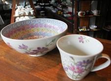 千尋工房 多用鉢・マグカップ<br/>季節の草花をひとつずつ丁寧に手描きで制作された、千尋工房の作品です。<br/>明るい色彩は食卓に彩りを添えてくれること間違いなしです。