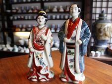 円左ェ門窯 陶人形<br/>初期伊万里の持つ素朴な温かさを再現したアンティークな有田焼の陶人形です。<br/>独特なエキゾチックな雰囲気を纏っています。