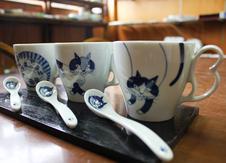 フーズカップ<br/>いきいきと描かれた猫の表情が元気をくれるマグカップです。<br/>ハート型の取っ手もかわいい。