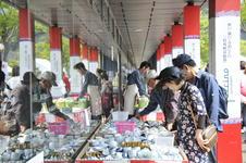有田陶器市や秋の有田陶磁器まつりの際は、店舗の外にも商品が溢れます。
