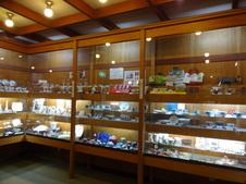 2階のギャラリーでは、有田焼をはじめとする地元のお酒や手芸品を展示販売しています(非売品もあります)。