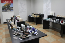 1階のイベントスペースでは、季節に応じた企画展も開催しています。<br />テーマに合わせて有田の窯元・商社の商品を展示販売しますので、是非その機会にいろいろと見比べて、お気に入りの逸品を探して下さい。