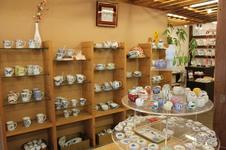 手描きのぬくもりが感じられる、日常使いにぴったりの様々な商品を取り揃えています。