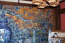 世界一の磁器壁画は、長谷川等拍の原画をもとにし7年の歳月を懸け、昭和58年に完成した超大作。画面の中央を斜めに切る巨大な樹木の迫力と幹を埋めて咲き乱れる楓や菊の華麗な描写は世界にふたつとない大画面陶磁障壁がです。