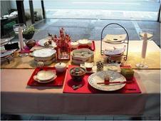 楽しい食卓のためのテーブルセッティングを提案しています。