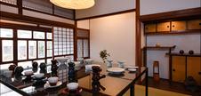 ギャラリーには、日韓の陶芸作家の作品が並んでいます。