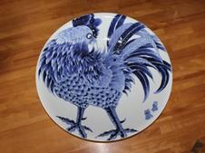 にわとりを描いた大皿。「たくましく生きている姿を描きたかった。」
