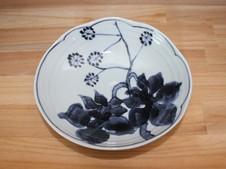 タンポポを描いた皿。