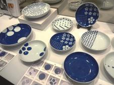 Ceramic Playシリーズ『梅play』<br/>世界的に活躍するデザインオフィスnendo(代表:佐藤オオキ氏)と西武・そごうとの協同開発。<br/>伝統的な文様とnendoのユニークなデザインを融合した、若い世代にも人気のシリーズ。