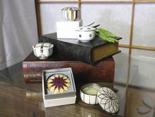 有田焼のクリーム入れの展示。<br />ちくご松山櫓とのコラボ商品。