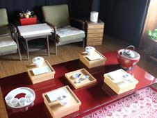 屋根裏部屋のギャラリー。<br />空間に合う有田焼を提案している。