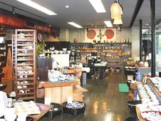 和食器ひとすじ90年。和のテイストあふれる店内です。落ち着いてご覧頂けます。