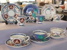 有田焼創業400年を記念し、宝泉窯と共同で制作したコーヒーカップ&ティーカップ。有田焼を代表する三様式(古伊万里・色鍋島・柿右衛門調)を総手描きで絵付けしています。