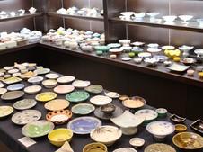 業務用食器の展示ルーム。四季の器から会席膳まで豊富なバリエーションを取りそろえております。