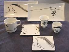 女流書道家の岡西佑奈さんと有田焼とのコラボ作品。文字に命を吹き込む書家で、独自のリズム感や心象を表現するアーティストです。