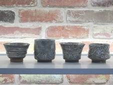 土の温もりを感じる陶器も作っています。手引きろくろ、手彫りです。