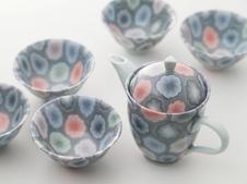 『彩磁練上彩り花紋茶器揃』<br />濃淡を各色に施した華やかな茶器です。