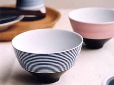 モダンブランド『ARITA PORCELAIN LAB』の定番商品、段付飯碗 (下錆千段青・下錆千段赤) です。和にも洋にも合うシンプルなデザインで、ご自宅用としてはもちろん、プレゼントにもおススメ。