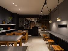 店内のカフェでは、これまで数々のチョコレートをプロデュースしてきたショコラティエ・野口和男氏が考案した、当社オリジナルのスイーツをお楽しみいただけます。