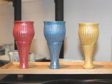 """有田焼400年を記念して、窯元×蔵元×地元のコラボレーションにより誕生したシリーズ「地の盃」。当窯元製作の酒器""""純米和飲""""は、女性向けに華やかで丸みのあるシルエットをイメージした、ワイングラスのような酒器です。"""