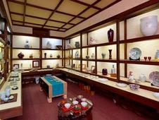 温もりあふれる古民家の3室が、それぞれ趣きの異なるギャラリーになっています。ゆっくりとくつろぎながら作品をご鑑賞ください。