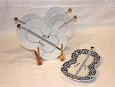 楽器の形をした珍しいお皿。