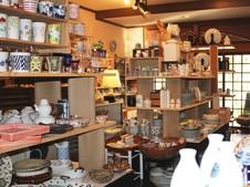 家庭用食器と業務用食器が所せましと並ぶギャラリー。見ているだけでも楽しい店内です。