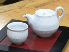 乃利陶窯オリジナルポット『ぽっとdeほっと』。お茶の香りを逃がさないよう、急須の内側を加工しました。内部の茶こしの細かい穴にも美味しさの理由があります。