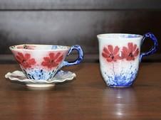 """人気No.1の""""紅彩コスモスシリーズ""""。<br />ティーカップとマグカップです。その他、皿や鉢、ぐい呑み&冷酒入れ、花器などもございます。"""