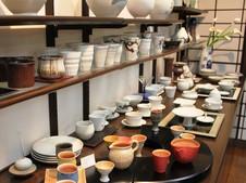磁器に陶器のような雰囲気を持たせたシリーズなど、バラエティに富んだ作品の数々を展示・販売しています。