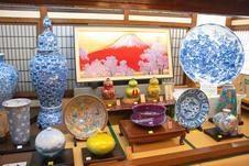 本館1~3階の大展示場。<br/>数百円のリーズナブルな商品から数千万円の高級美術品まで、多彩なデザインの有田焼を有田随一の商品数で展示販売しています。