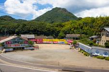 大駐車場(大型バス約15台、普通車約150台収容)を完備。