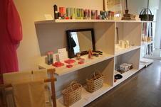 店舗の奥のブースでは洋服・バッグ・タオル・キャンドルなどの日用品をセレクト。