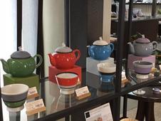 TEWAZA<br />ポット、アルテウァン・ピッコロ <br />シンプルでモダンな色彩のポットとカップは、ティー タイムの器として世界中で人気です。