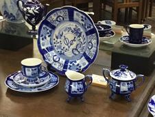 VOC<br />コーヒー碗皿・ミート皿・ケーキ皿<br />17世紀に有田で焼かれヨーロッパに輸出された染付磁器「芙蓉手」を復刻、深川ブルーが魅力です。