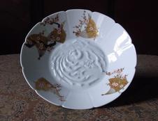 紅白梅扇面紋陽刻盛鉢<br />新しい御代の記念として「雅」をテーマに鳳凰の陽刻鉢に金彩で扇と紅白梅を描きました。