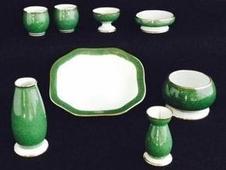 <仏具揃え一式><br />現代のライフスタイルに合わせたモダンな現代仏具<br />骨壺なども取り扱っています。