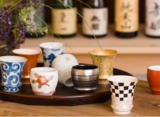 SAKEGLASS 淡麗&濃醇<br /> 有田焼の伝統をベースに開発した、バラエティー豊かな酒グラスです。<br /> 〈淡麗〉飲み口を広く反らし、ストレートに喉ごしよく味わえます。<br /> 〈濃醇〉飲み口を絞り込むことで、酒を溜めながらコクやうま味を楽しめます。