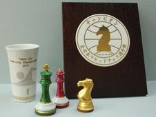 <表彰記念品・チェス駒><br />スポーツ振興に力を入れており、優勝カップ、盾など一点からでもお作りします。