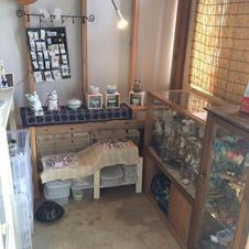 工房内の小さな店舗で仮設営業しています。