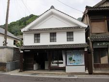 伝統的建造物群指定地区にある店舗は、雰囲気のあるたたずまい。<br />