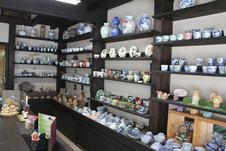一般の食器から、お地蔵様などの守り本尊の置物、人形など取り揃えております。