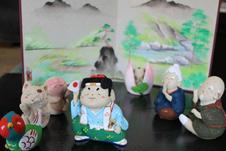 桃太郎の物語をやきもので制作。<br>他にも昔話シリーズを揃えています。